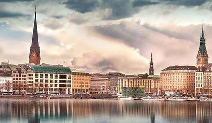 Die Binnenalster von Hamburg, mit Rathaus und der Kirche St. Petri