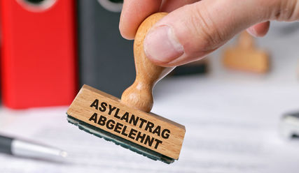 Hand mit Stempel: 'Asylantrag abgelehnt' - Copyright: couloures-pic/fotolia